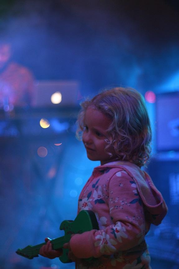 Princesa dos palcos invadindo o show da Glue Trip.