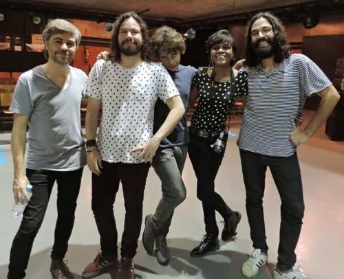 Vicky bem plena em companhia da banda.