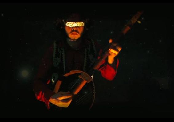 Rubens e sua Guitacho (Guitarra de Tacho). Eu amo essa luthieria selvagem br.