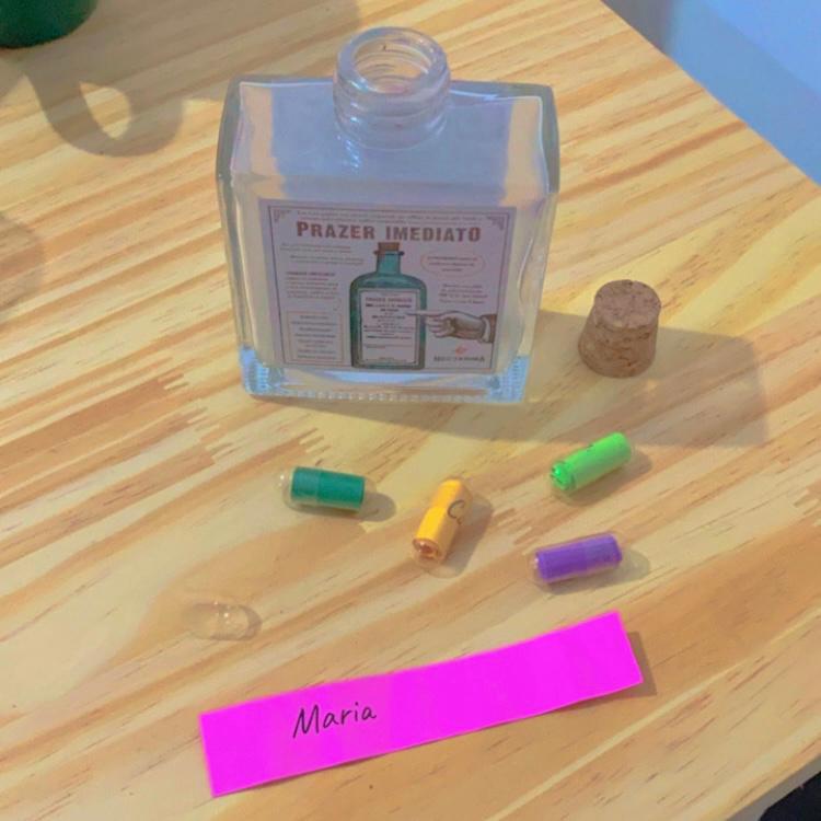 o press kit ganhou um vidrinho de remédio trazendo pílulas com os nomes das músicas, pequenas doses de prazer imediato